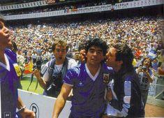 México 86: después de hacer el mejor gol de la historia y contra ELLOS, va y se abraza con Carmando, su masajista. Porque la humildad y su bondad siempre fue más grande que todo. Mexico 86, World Cup, Football, Humility, Get Well Soon, Buenos Aires Argentina, Historia, Futbol, World Cup Fixtures