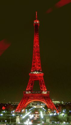 Christmassy Eiffel Tower in Paris, France Paris Torre Eiffel, Paris Eiffel Tower, Eiffel Towers, Paris 3, I Love Paris, Paris Wallpaper, Christmas In Paris, Christmas Time, Holiday