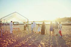 Se tem o sonho de casar numa praia mas quer celebrar esse momento tão íntimo e pessoal longe do olhar curioso de estranhos só tem uma solução: praias privadas.