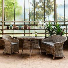 Das Wunderbare an Sonntagen ist, dass man endlich Zeit und Ruhe hat zum Lesen, zum Teetrinken und in-den-Himmel-schauen. Dabei steht Ihnen der Sunday-Tisch zur Seite. Ob im Wohnraum, im Wintergarten, im Garten oder auf der Terrasse - das wetterbeständige Möbel ist überall gerne für Sie da und harmoniert mit praktisch jedem Ambiente, z. B. auch afrikanisch oder asiatisch inspirierten Einrichtungen. Mit Platte aus Sicherheitsglas, passender Stuhl und passende Bank erhältlich.