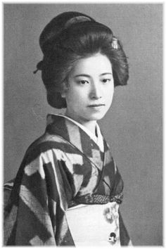 "Dazai Osamu's lover, ""Yamazaki Toei"" who passed away at the age of 28 is too beautiful – Japaaan Japanese Geisha, Japanese Beauty, Japanese Kimono, Vintage Japanese, Japanese Girl, Japanese History, Japanese Style, Asian Beauty, Old Pictures"