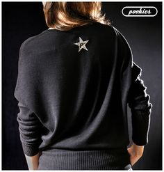 L E N T E J U E L A S ✮ G L I T T E R ✮ T A C H A S    Parte trasera Suéter R ☆ C K S T A R  Suéter oversize de manga murciélago con estrella negra de lentejuelas, letras y tachas-estrella plata.