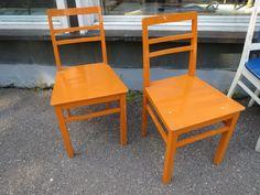 Raikkaan oranssisiksi maalatut 50-luvun koivutuolit. Maalipinnassa jälkeä ja lohkeamia, valkoisia maalitahroja, liimaukset kunnossa.  25 euroa/kpl