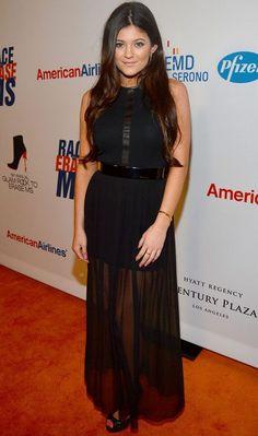 Kylie Jenner arrasou com a opção pelo longo com saia transparente! O decote fechado deixa o look ainda mais chique!