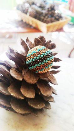 come rivestire una sfera di legno con perline 1tutorial