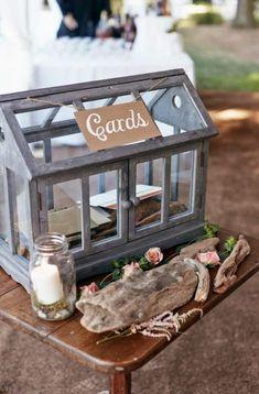 Petite maisonL'inconvénient de cette urne de mariage ? Elle est transparente... et facile à ouvrir.
