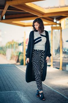 Our ambassador Brunette Blogging is wearing a Rue Blanche sweater and a CKS cardigan and trousers, all available this week during our #IkkoopBelgisch week on Vente-Exclusive.com!