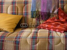 Buntes Sofa mit Kissen und Decke in einem Haus im Dorf Maksudiye bei Adapazari in der Provinz Sakarya in Anatolien