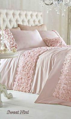 Elegant and Romantic Shabby Chic Bedding Ideas Romantic Shabby Chic, Shabby Chic Homes, Shabby Chic Decor, Rustic Decor, Romantic Cottage, Romantic Ideas, Feminine Bedroom, Trendy Bedroom, Chic Bedding