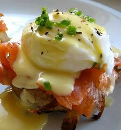 Smoked Salmon Eggs Benedict... damn this looks good!