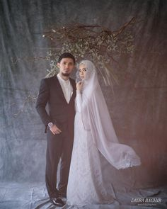 New wedding couple pictures ideas sweets ideas Muslimah Wedding Dress, Muslim Wedding Dresses, Hijab Bride, Muslim Brides, Wedding Bridesmaid Dresses, Wedding Gowns, Muslim Couples, Malay Wedding Dress, Wedding Hijab Styles