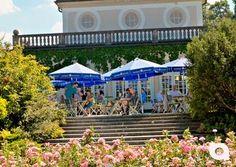 """Unser Video der Woche:  Im Herzen des """"Botanischen Gartens"""", mit einem traumhaften Blick über die Rosengärten, erstreckt sich die sonnige Biergarten-Terrasse des Cafè """"Botanischer Garten""""."""