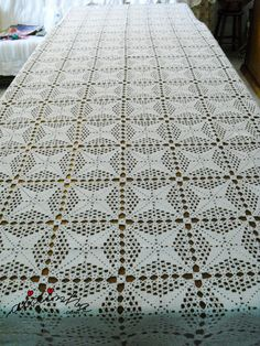 Toalha de mesa com quadrados de crochet