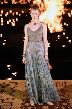Christian Dior Resort 2020 Collection - Vogue ✫♦๏༺✿༻☘‿SA Jun ‿❀🎄✫🍃🌹🍃🔷️❁✿~⊱✿ღ~❥༺✿༻🌺♛༺ ♡⊰~♥⛩⚘☮️❋ Fashion History, Fashion 2020, Runway Fashion, Fashion Brands, Christian Dior, Dior Couture, Couture Dresses, Fashion Forever, Vogue Paris
