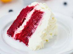 Red velvet cake con betún de queso. Receta fácil de pastel de chocolate color rojo perfecto par Navidad o San Valentín.