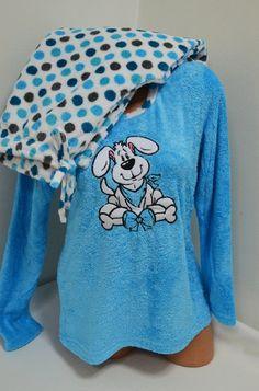 Много мека и топла пухкава пижама изработена от Софт. Горната част е с дълги ръкави в синьо и апликация отпред. Долното е дълъг панталон в бяло, осеяно с цветни кръгчета. С тази пижама ще ви бъде топло и приятно през студените зимни нощи.