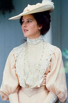 "Anne of Green Gables: The Sequel Schuyler Grant Plays Diana Barry ★ Diana's light pink gown with white lace famously known as her ""Honeymoon dress"" has Gigot sleeves. The bodice and neckline are lined with a long string of white pearls. Edwardian Fashion, Vintage Fashion, 1890s Fashion, Edwardian Era, Anne Auf Green Gables, Honeymoon Dress, Maldives Honeymoon, Honeymoon Destinations, Jonathan Crombie"