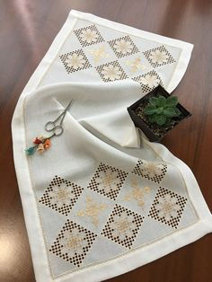 Hardanger Embroidery, Bargello, Diy And Crafts, Geek Stuff, Blanket, Crochet, Embroidery Stitches, Dressmaking, Marque Page