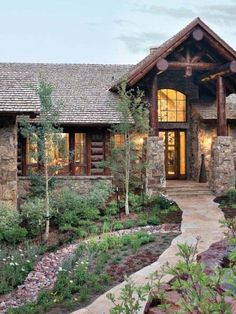 Rustic ranch house in Colorado opens to the mountains This modern rustic retreat was designed by Terra Firma Custom Homes in collaboration with JJ Interiors, located in the mountains of Aspen Springs, Colorado. Colorado Mountain Homes, Colorado Homes, Colorado Mountains, Colorado Ranch, Colorado Landscaping, Home Landscaping, Rustic Houses Exterior, Modern Farmhouse Exterior, Mountain House Plans