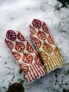 Mittens are a great way to experiment with new techniques. The leaf motif is created by combining twisted stitches and two-color knitting. These mittens will keep your hands toasty until the leaves come back. Crochet Mittens, Mittens Pattern, Knitted Gloves, Knit Crochet, Wrist Warmers, Hand Warmers, Knitting Yarn, Knitting Patterns, Pull Jacquard
