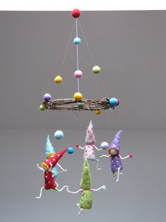 Dont worry, be happy like these juggling gnomes. There are 5 gnomes in this mobile, size 17 cm (6.6), all different colors, decorated with dots.