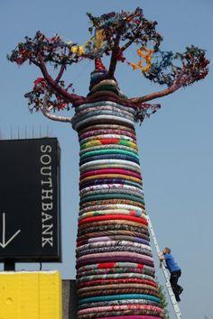 Guerrilla knitting: un baobab gigante di lana riciclata per rappresentare l'intreccio di culture alle olimpiadi di Londra 2012