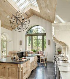 """Кухня """"классика"""" возрождение традиций и безупречная элегантность (фото) http://happymodern.ru/kuxnya-klassika-40-foto-bezuprechnaya-elegantnost/ Натуральное дерево в классическом интерьере кухни"""