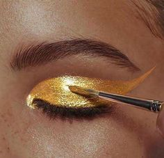 Defiantly decadent makeup created by the world's most celebrated editorial and runway makeup artist, Pat McGrath. Explore all of the Pat McGrath Labs creations on her official site. Pat Mcgrath, Gold Makeup, Makeup Art, Eye Makeup, Fairy Makeup, Mermaid Makeup, Runway Makeup, Makeup Geek, Makeup Brushes