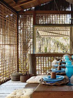 O previsto era fazer paredes de pau-a-pique (com terra e armação de taquara... Bamboo Building, Natural Building, Bungalow, Bamboo House Design, Bamboo Architecture, Tadelakt, Backyard, Patio, Interior Design Living Room