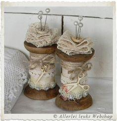 VOORBEELD Brocante houten klossen met kant en parelspelden