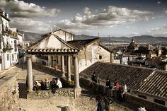 "We wake up at the ""Placeta Puerta del Sol"" (Gate of the Sun Square) of Granada. Granada, Villas, Paris Skyline, Mansions, House Styles, Building, Travel, Gate, Sun"