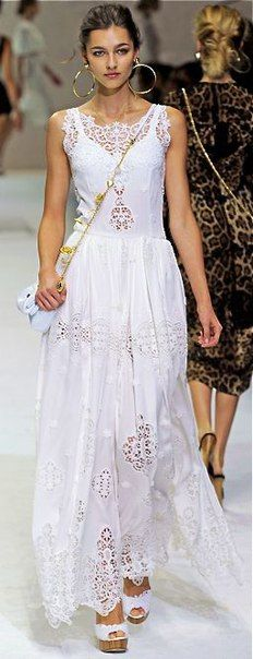 ஐ BOHO SHIK ஐ БОХО ШИК ஐ ™ Now this is a pretty wedding dress, or could be.  Why everyone strapless when it doesn't even look good on you, why all the same?