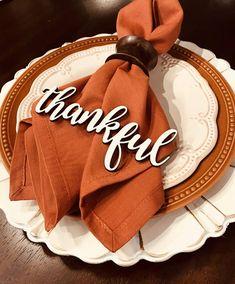 Thanksgiving Table Centerpieces, Thanksgiving Table Settings, Thanksgiving Centerpieces, Fall Table Settings, Thanksgiving Place Cards, Thanksgiving Crafts, Rustic Thanksgiving, Thanksgiving Blessings, Hallowen Ideas