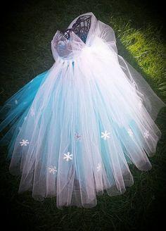 Jedes Mädchen Traum ist, look and feel wie eine Prinzessin und dieses Kleid nur so tun. Mein kleines Mädchen und ihre Liebe für Prinzessinnen war meine Inspiration bei der Herstellung dieses schönen Kleid. Kleid besteht aus Oberteil häkeln (nicht gefüttert) und 2 Reihen von Aqua auf der Unterseite, Türkis auf der oberen Tüll und zusätzliche Zeile weißem Tüll in den Rücken. Schneeflocken auf der Vorderseite geklebt sind Teil des Rockes und allover den weißen Zug. Von 12 Monaten bis zu 10…