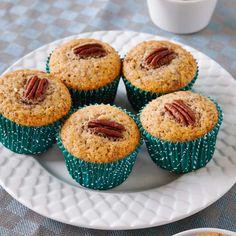 Dessa lyxiga muffins, med yoghurt och lönnsirap i smeten, tar din fikastund till nya höjder.