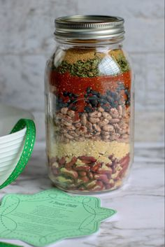 Three Bean Chili Mix Gift Jar is quick and easy to make. It makes a perfect homemade Christmas gift or present for any holiday. It is made by layering the chili ingredients in a mason jar and then adding the recipe instructions. Homemade Dry Mixes, Homemade Soup, Homemade Beans, Homemade Food Gifts, Edible Gifts, Diy Gifts, Handmade Gifts, Mason Jar Mixes, Mason Jars