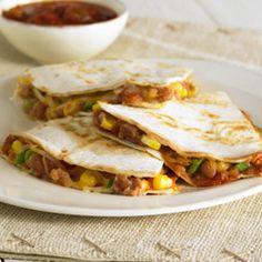 Quesadillas de Frijoles y Maíz... Los frijoles refritos, la salsa, el maíz, cebollines y el queso se combinan para lograr un sabroso relleno para las quesadillas