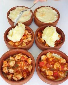 Piure de cartofi cu piept de pui și cașcaval - Tare frumos se renumește la cuptor, un deliciu! Iftar, Mashed Potatoes, Cauliflower, Deserts, Food Porn, Food And Drink, Cooking Recipes, Vegetables, Breakfast
