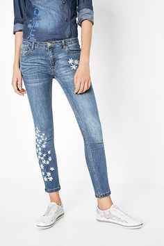 Desigual washed effect jeans with embroidered flowers and a button and zipper fastening. Get all informations about Desigual Women's Jeans collection!