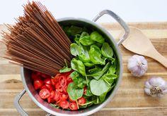 One Pot Pasta ist das ideale Gericht für den turbulenten Alltag mit Kindern. Ein Topf, viele frische Zutaten und 10 Minuten Zeit. Mehr braucht es nicht.