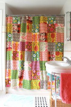 No banheiro também pode, que tal uma cortininha de patchwork para o seu box. Para quem gosta de uma decoração diferente e descontraída é uma ótima opção.