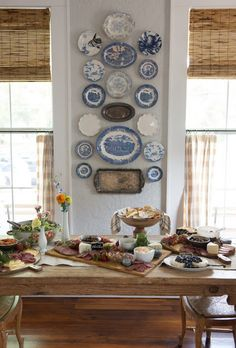 Wonderful combinations – china plates, silver trays, woven wood shades, café cu… – Finance tips for small business Plate Wall Decor, Plates On Wall, Woven Wood Shades, Bamboo Shades, Casas Shabby Chic, Hanging Plates, Blue Plates, China Plates, Home And Deco