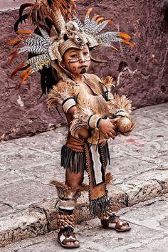 Aztec boy dancer (Photo taken by Javier Barras in the jardin in San Miguel de Allende, Guanajuato, central Mexico.) <> (children of the world, kids) Cultures Du Monde, World Cultures, Beautiful Children, Beautiful People, Aztec Culture, Egypt Culture, Aztec Warrior, Aztec Art, Boy Photos