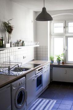 Helle und vollausgestattete Küche mit Waschmaschine und Regalboard in Berlin. 2-Zimmerwohnung in Berlin Neukölln.