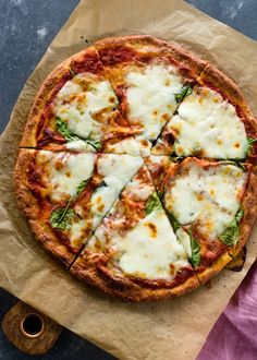 Low carb keto pizza recipe: learn how to cook an amazing pizza, without having to worry about carbs, sodium or junk ingredients. This low carb keto pizza. Pizza Recipes, Low Carb Recipes, Dinner Recipes, Healthy Recipes, Skillet Recipes, Low Carb Pizza, Low Carb Keto, Bbq Chicken Pizza, Pollo Keto