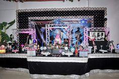 Mesa do parabéns para fiesta infantil com o tema balada kids nas cores, prata, preta e pink.