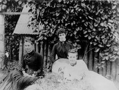 Emma Grace and Lucy Warren in Ingham, North Queensland, ca.1887 / John Oxley Library, State Library of Queensland, Neg: 167676 http://hdl.handle.net/10462/deriv/127485   thefashionarchives.org