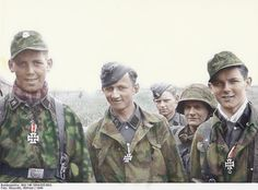 """SS-Panzergrenadiers Sepp Bund, Klaus Schuh and Günther Hamel of Regiment 25 SS-Panzerdivision """"Hitlerjugend"""") on June 1944 near Caen/Normandy. German Soldiers Ww2, German Army, Military Photos, Military History, Raza Aria, Germany Ww2, German Uniforms, Band Of Brothers, The Third Reich"""