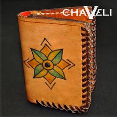 #Cartera de #piel estilo #artesanal, cosida con vira y con grabado a mano. #Chaveli, #artesanía en #cuero. Leather Accessories, Zip Around Wallet, Fashion, Candle, Coin Purses, Printmaking, Purses, Leather, Dressmaking