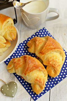 Bögrés sajtos-sós kiflik, puha, joghurtos tésztával | Rupáner-konyha Croissant, Bakery, Snack Recipes, Muffin, Chips, Cookies, Ethnic Recipes, Blog, Breads